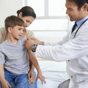 Доктор осматривает ребёнка