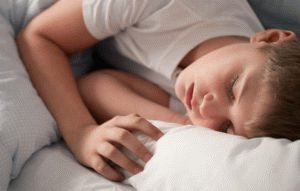 Ребёнок спит в пижаме