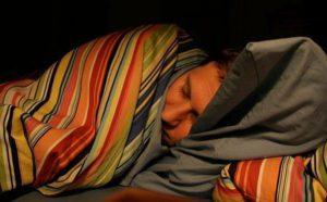 Необходимо полежать на кровати