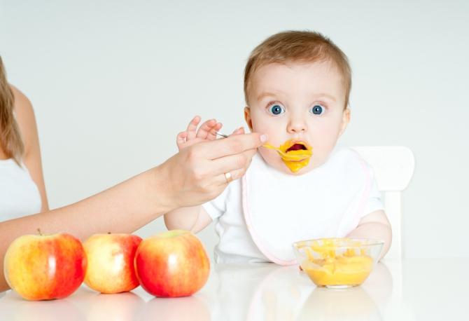 Со временем у ребенка становилось все больше зубов, все активнее работал желудок и желудочно-кишечный тракт вместе с микрофлорой, и постепенно фракция стула становилась все мельче, мельче и мельче, пока, наконец, еда не начала перевариваться полностью.