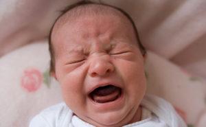 Крики младенца при коликах