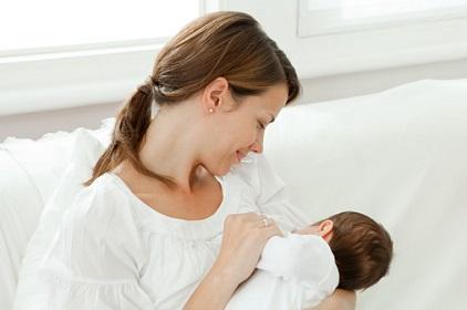 Мать кормит грудью