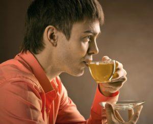 Человек пьёт травяной чай