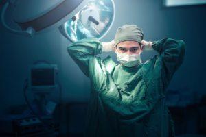 Хирург готовится к операции