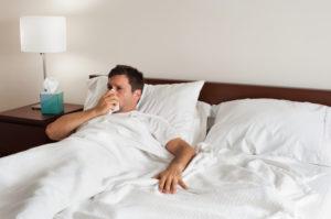 Заболевший человек в кровати