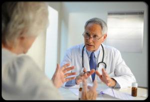 Врач разговаривает с пациентом во время консультации