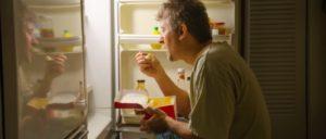 Человек ночью у холодильника