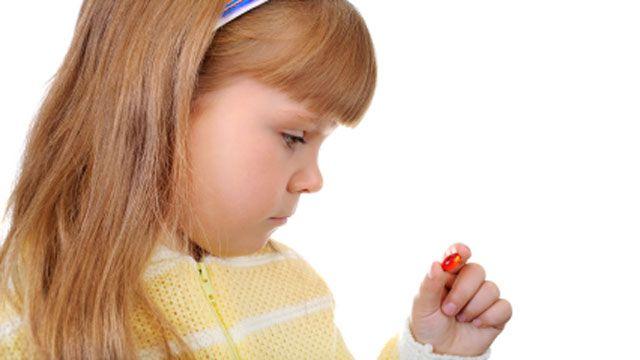 Дети пьют таблетки