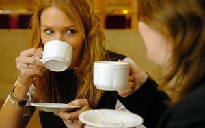 Люди пьют чай