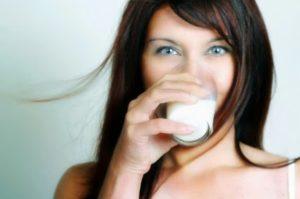 Девушка пьёт кефир