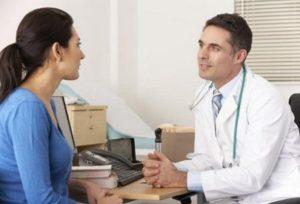 Врач консультирует пациента