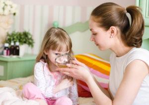 Ребёнок пьет травяной чай