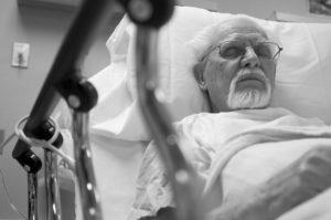 Больной старик в кровати