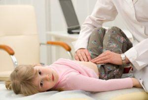 Рука медика на животе пациента