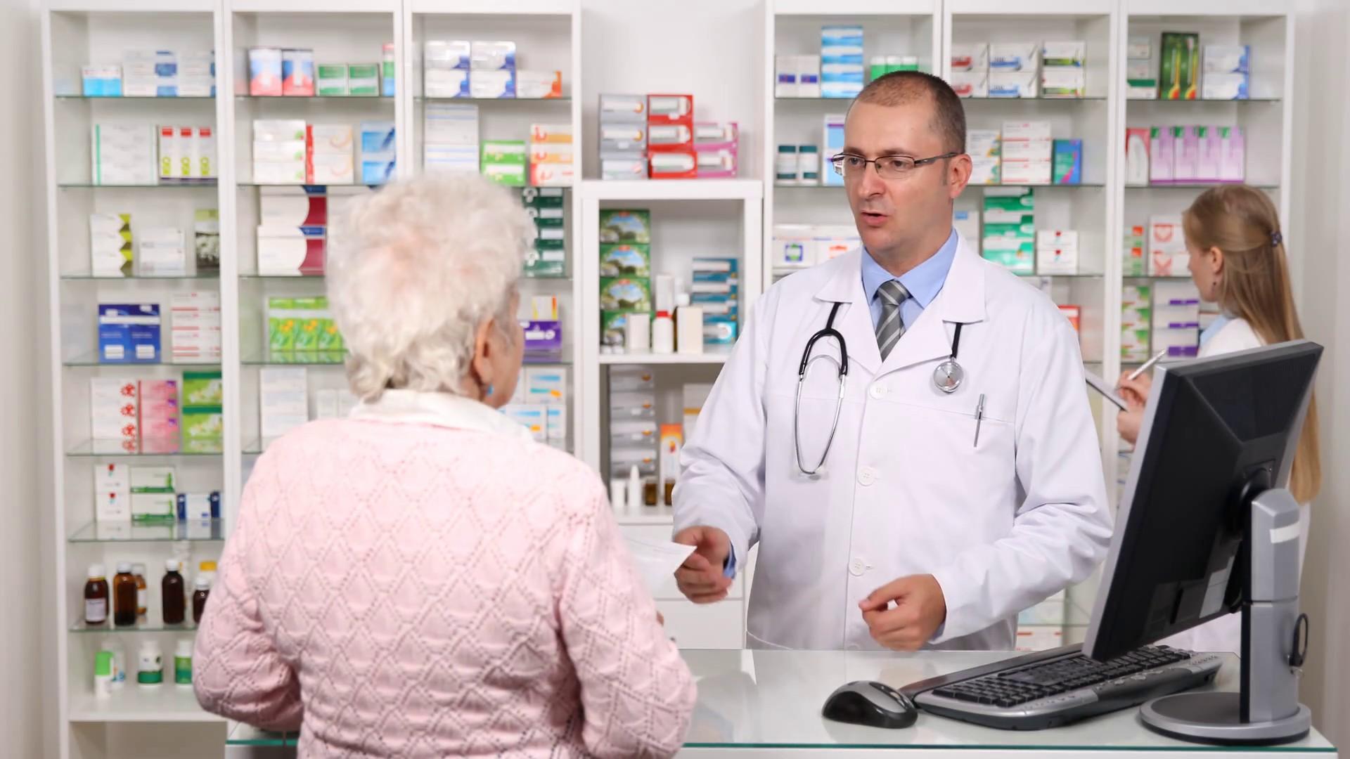 Человек покупает в аптеке
