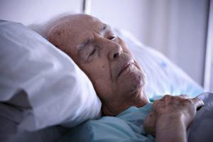 Старик на больничной койке