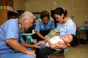 Врач помогает ребёнку при болях
