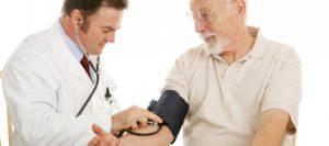 Врач осматривает пациента