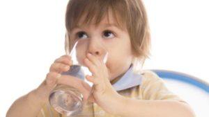 Малыш пьёт воду