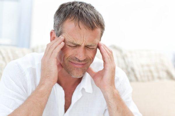 У человека болит голова