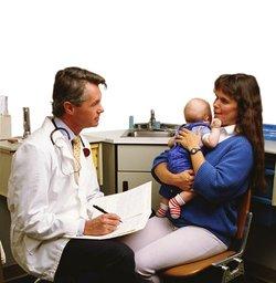 Мать с малышом у врача