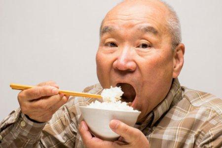 Человек ест рис