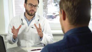 Человек на консультации у врача