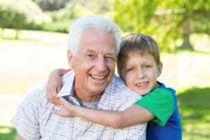 Пожилой человек и ребёнок