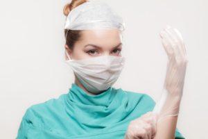 Доктор надевает перчатку