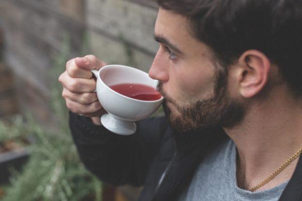 Человек пьёт чай