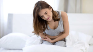 Болит живот у женщины