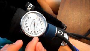 Измерение давления человеку
