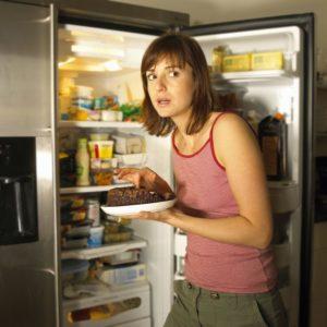 Человек у холодильника в 6 вечера