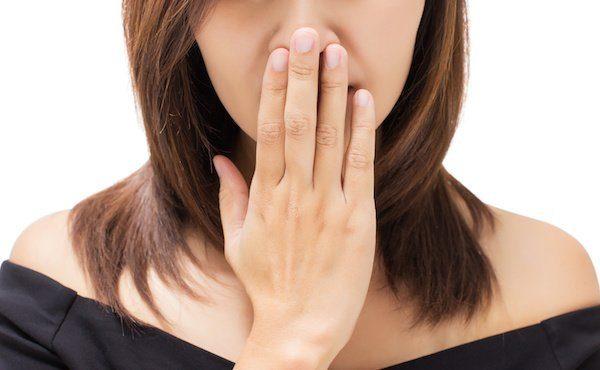 Плохой запах изо рта у человека