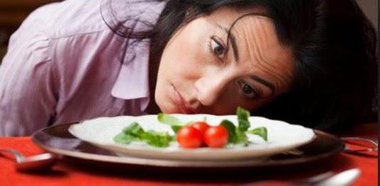 Человек грустно смотрит на еду