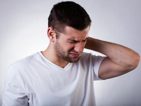 Болит шея у человека
