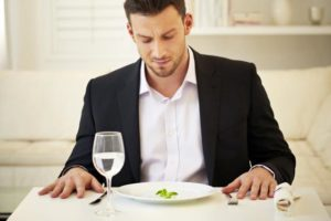 Человек у пустой тарелки