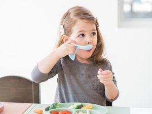 Ребёнок ест с ложки дозу препарата