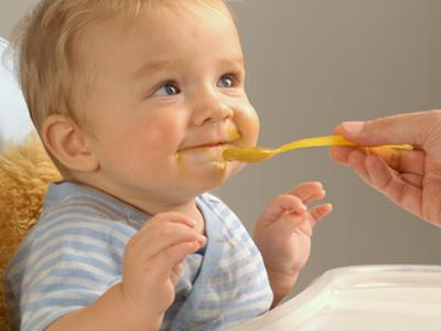 Ребёнок ест детское пюре