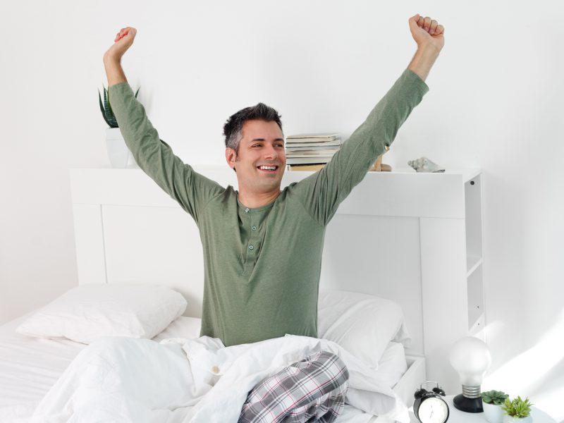 Человек встаёт утром с кровати