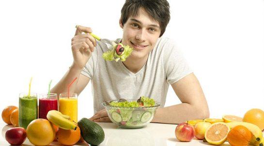 Человек ест здоровую пищу