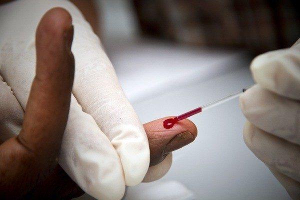 У человека берут кровь из пальца