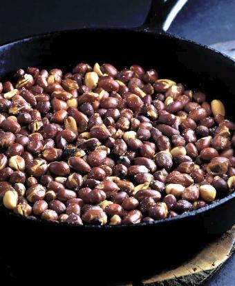 Пережаренные орехи на сковородке