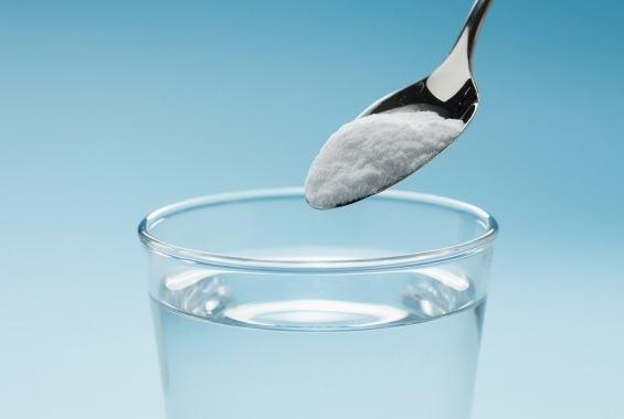 Сода и стакан воды