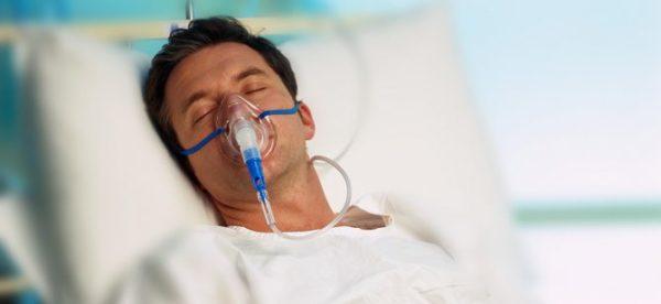Человек в кислородной маске
