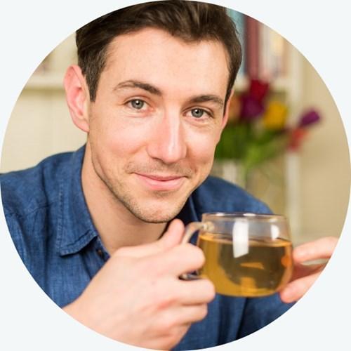 Человек пьёт зелёный чай