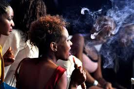 Человек курит кальян