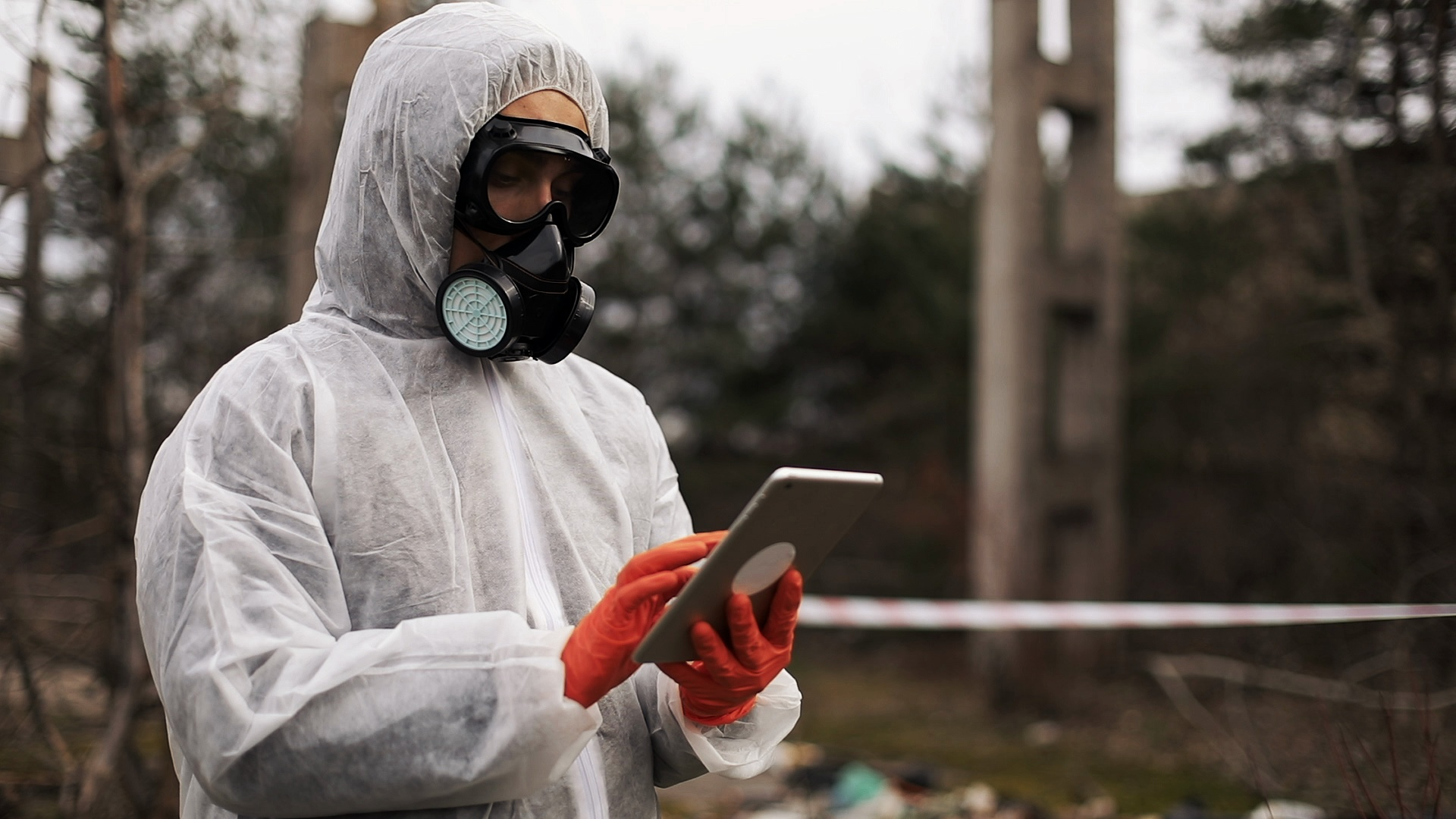 Человек в биозащитном костюме