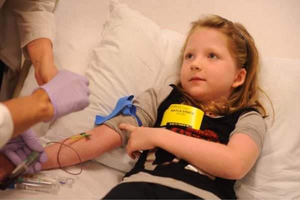 У ребёнка берут кровь на анализ