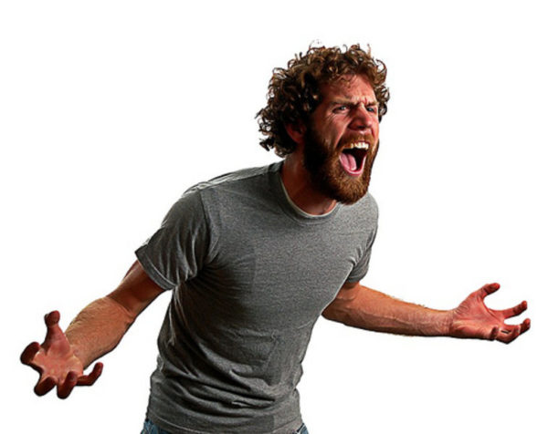 Человек кричит в гневе